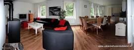 Een gezellige woonkamer met zeer ruime eettafel.