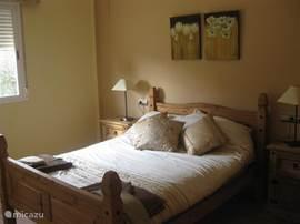De slaapkamer op de benedenverdieping. Beide 2-persoonskamers zijn gelijkaardig en hebben een grote ingemaakte kast.
