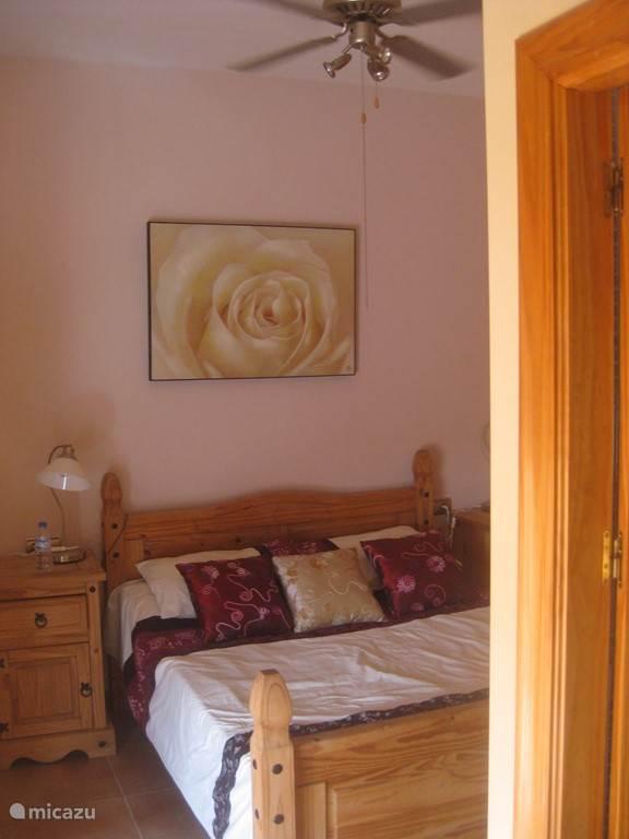 De slaapkamer op de bovenverdieping. Beide 2-persoonskamers zijn gelijkaardig en hebben een grote ingemaakte kast.