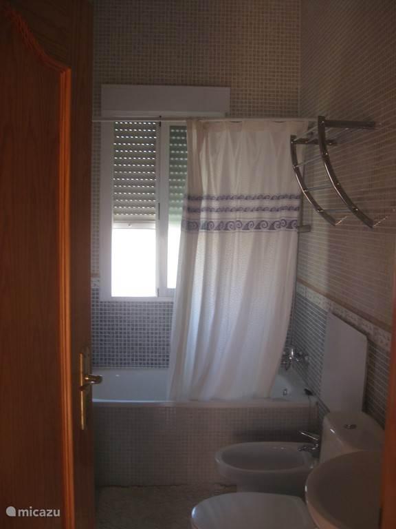 De ensuite slaapkamer naast de slaapkamer op de bovenverdieping. Deze is voorzien van bad en douche. Op de boenedenverdieping is een 2e badkamer met een grote inloopdouche.