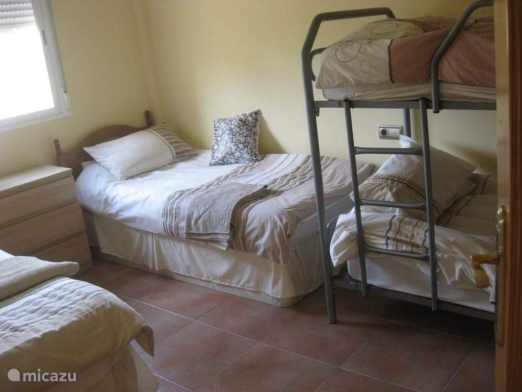 De 3e slaapkamer met 4 slaapplaatsen. Deze bevindt zich op de benedenverdieping.