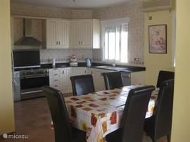 de eetkamer en keuken vormen één geheel, samen met de zitkamer