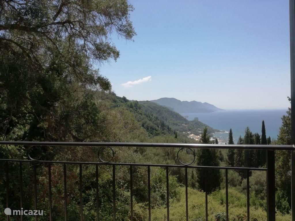 Uitzicht vanaf het balkon gastenverblijf villa Nafsika.