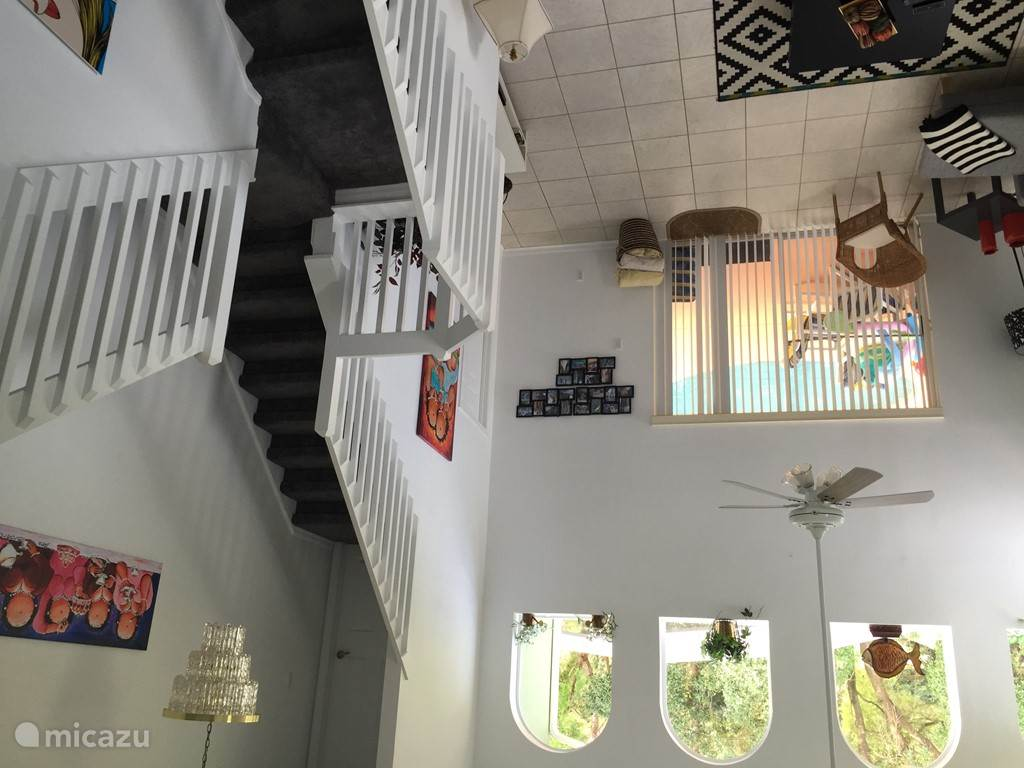 Woonkamer met trap naar eerste etage