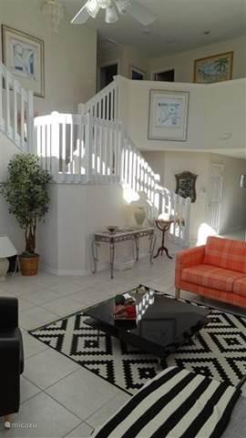 Huiskamer met trap naar de eerste etage