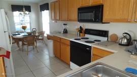 Keuken die uitzicht heeft op de woonkamer