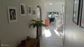 Doorkijkje van uit het entree van het huis, links id de keuken