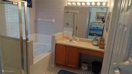 Badkamer bij de master bedroom.