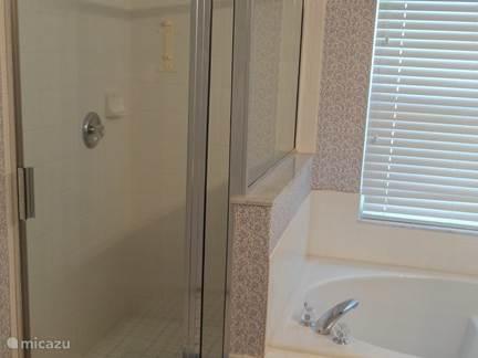 Ruime inloop douche in de master badkamer