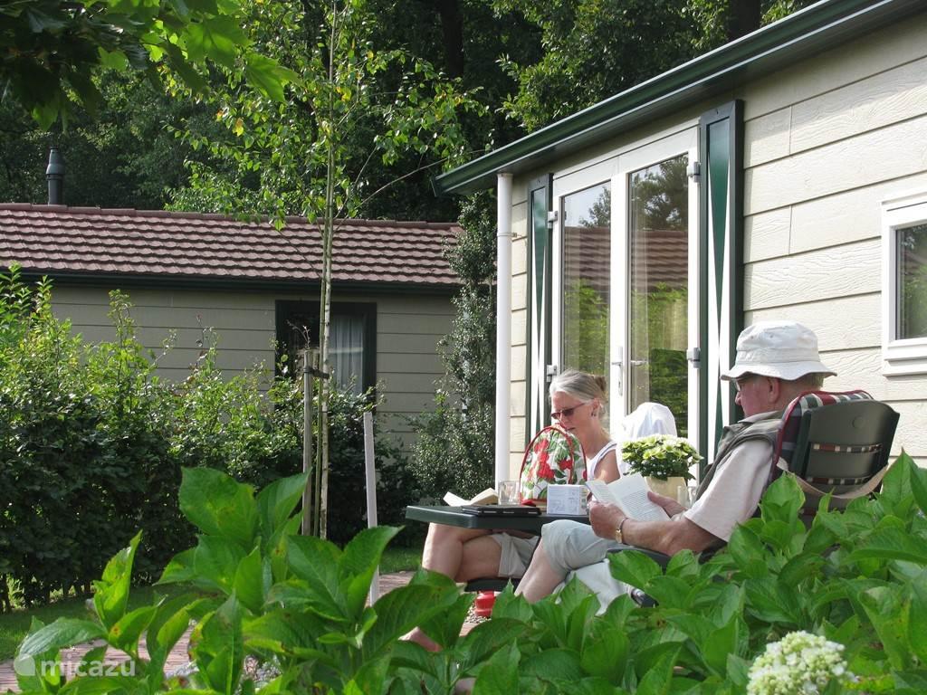 De tuinset geeft u de gelegenheid heerlijk te genieten van het zonnetje in de zomer.