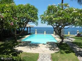 uitzicht vanaf het terras op het zwembad en de zee