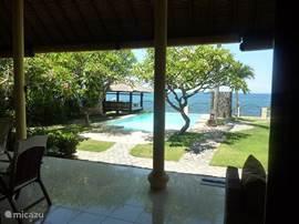 Het terras met uitzicht op het zwembad en de zee.
