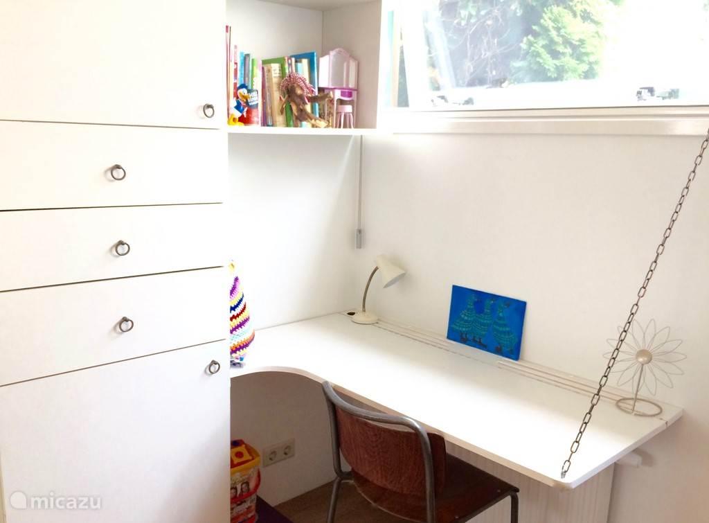 Er is overal voldoende kastruimte en twee kamers zijn voorzien van bureau's