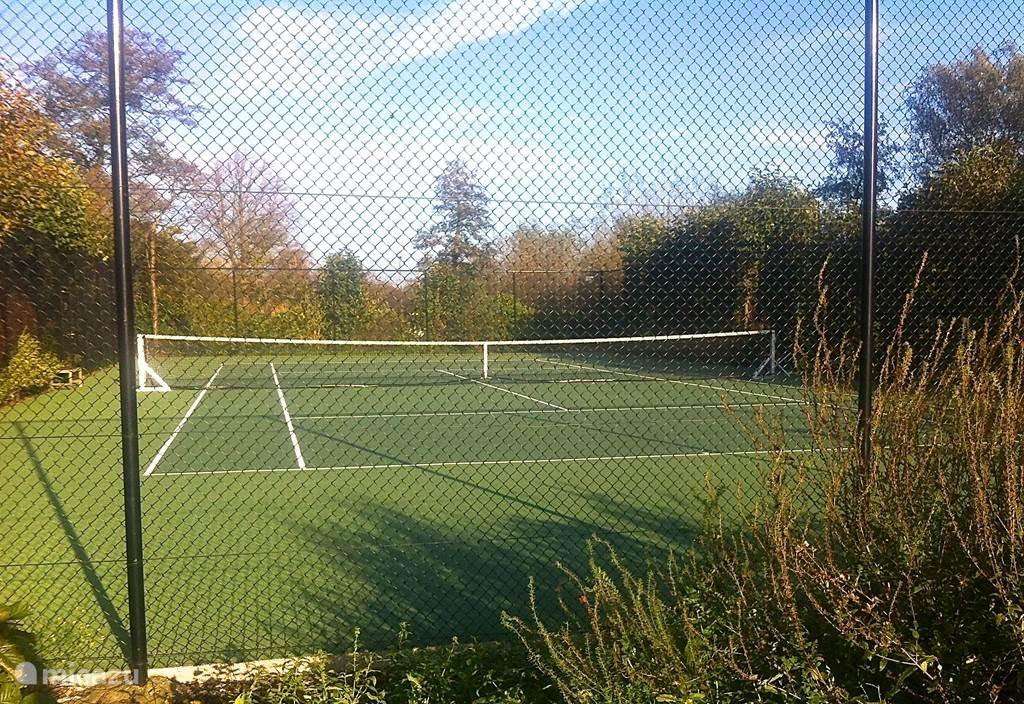 De tennisbaan op 50 meter.