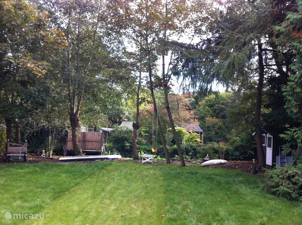 Achterin de tuin is plek voor avontuur: bomen klimmen, fikkie stoken, marshmallows roosteren en een hut bouwen