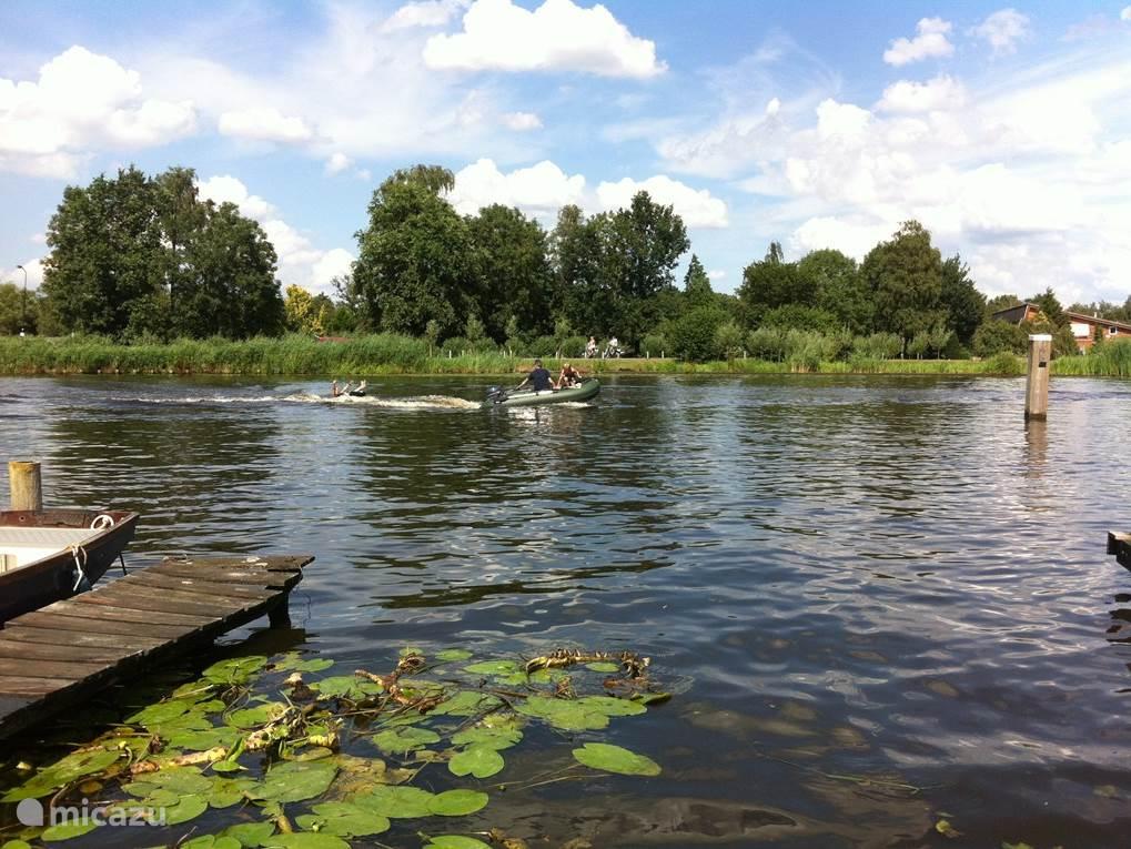 De Kromme Mijdrecht, een vertakking van de Amstel, ligt voor de deur. Bootje varen, vissen, zwemmen, van de brug af duiken... Hollandse waterpret op z'n best.