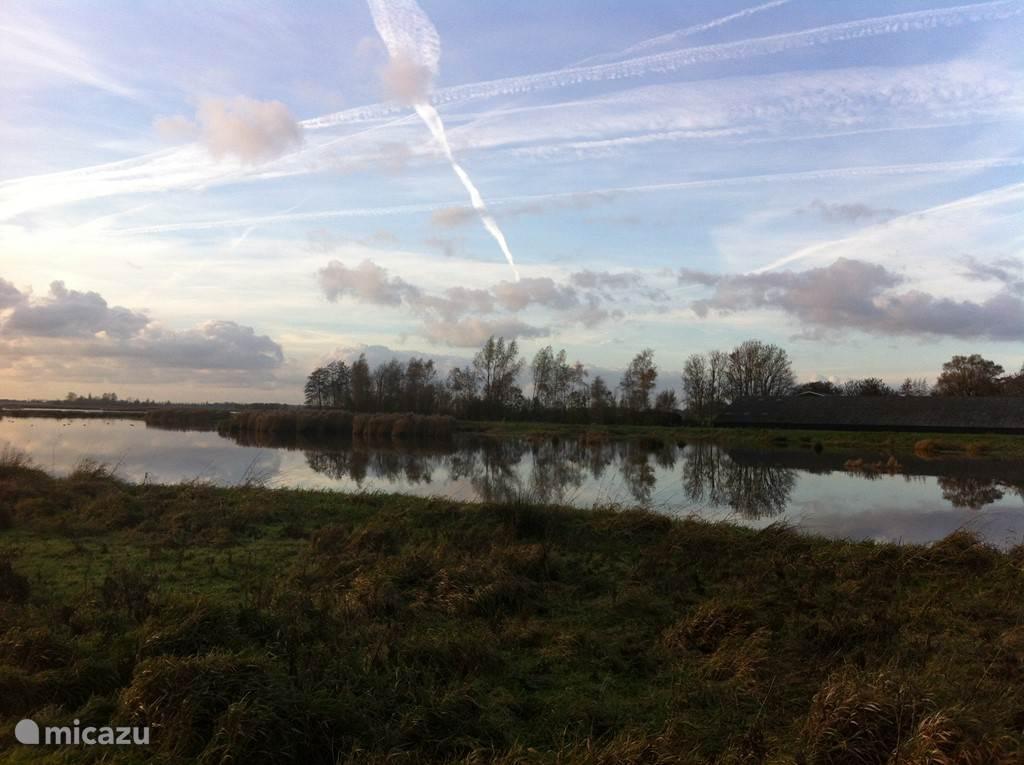 Zodra je begint te wandelen zie je veel van dit: water, natuur en spectaculaire 'Hollandse Luchten'. Nergens hoogbouw, alleen het dak van een boerderijtje of een kerktorren....