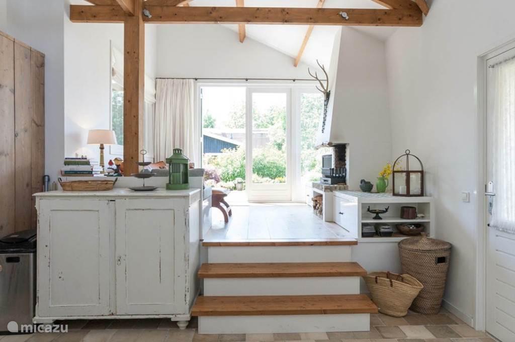 Opstap vanaf de keuken naar de woonkamer