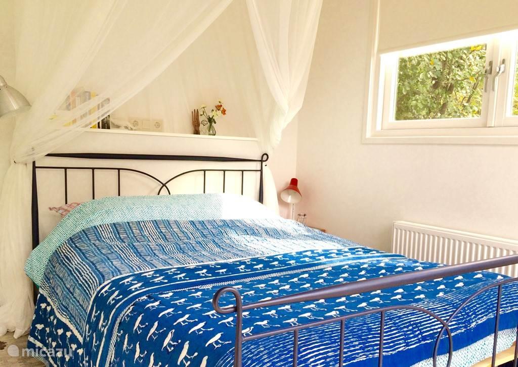 De 'master bedroom' met tweepersoonsbed