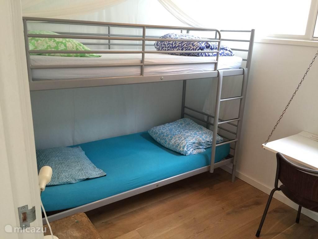 De kamers hebben blinderende gordijnen en klamboes voor een heerlijke nachtrust