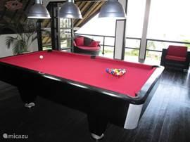 1ste verdieping met poolbiljard en loungeruimte met buitenbalkon