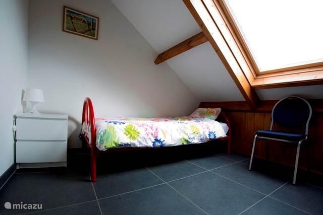 Slaapkamer 2 etage. Hier staan 2 bedden. 1 links en 1 rechts van het dakraam.