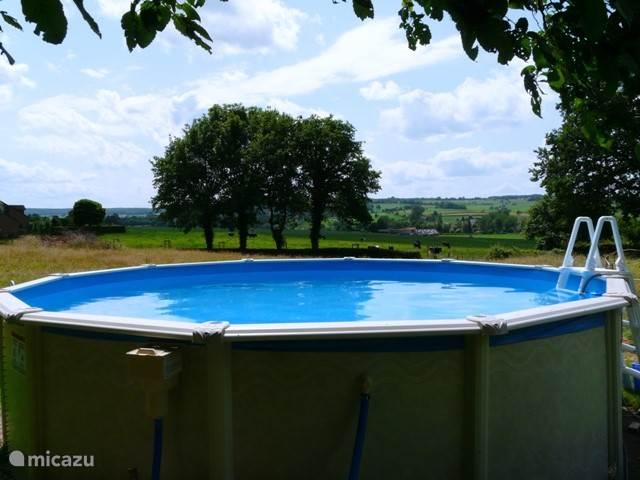 Het buitenzwembad. Heerlijk 's zomers buiten zwemmen met uitzicht over het heuvelland.