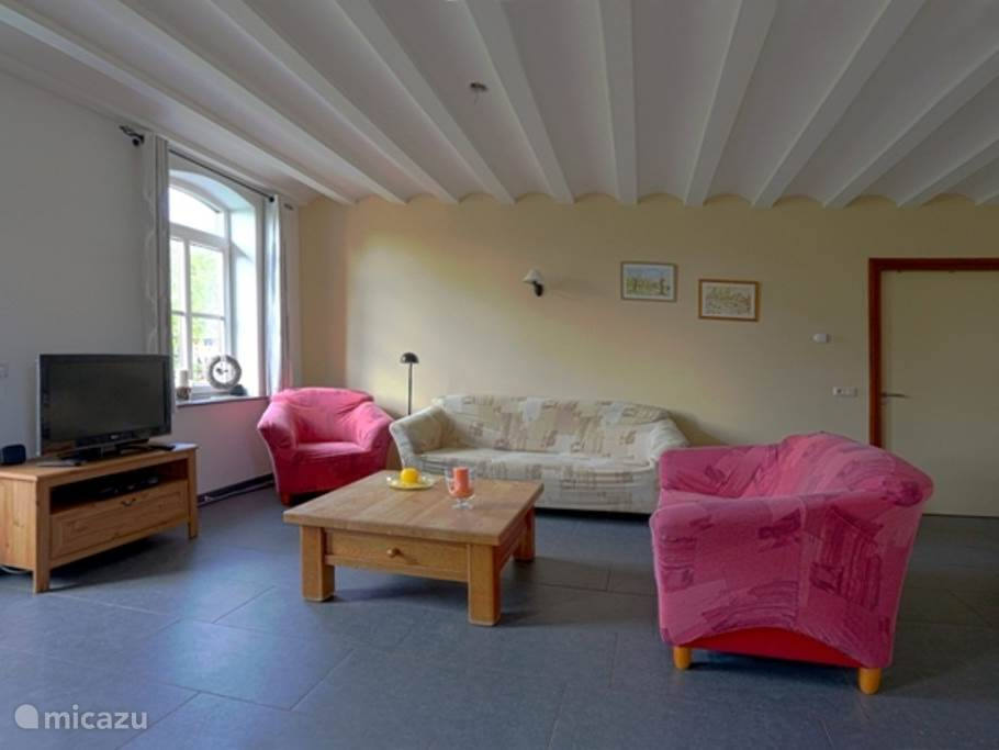Ruime woonkamer met open keuken.Mooie uitzicht naar buiten toe. Tuindeur is voorzien van een schuifhor,