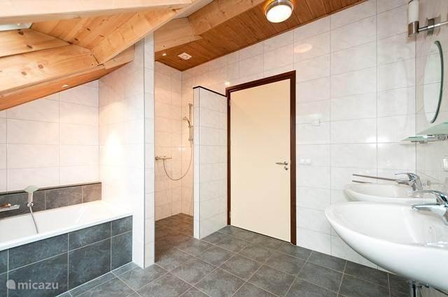 De grote badkamer op de eerste etage