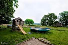 Heerlijk ravotten in de tuin, de grote trampoline is altijd een succes bij de kinderen. Dit garandeert uren speelplezier.