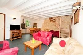 Gezellige woonkamer met open keuken.Zeer ruim van opzet met uitzicht over het Heuvelland. Aangrenzend vanuit de woonkamer het ruime terras.
