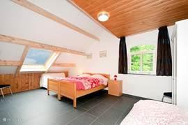 Tweede ruime slaapkamer met 3 heerlijke seniorbedden voor een uitgeslapen nachtrust.