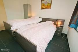 Slaapkamer op benedenverdieping. 2 electrische bedden, waarvan 1 bed hoog-laag verstelbaar is. Ook zeer geschikt voor rolstoelen en tilliften. Bedhekken aanwezig op aanvraag.