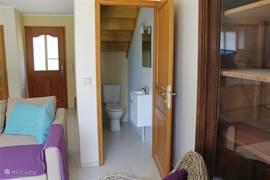 Zicht op de entree en het extra toilet dat zich onder de trap bevindt.