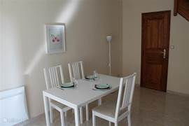 Woon- zitkamer met eettafel en stoelen. In dit type woning vindt u zowel een toilet beneden als in de badkamer