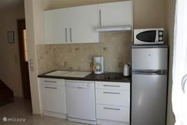 Op keuken, volledig voorzien van kookplaat, alle benodigde keukengerei en pannen, magnetron, waterkoker, koffieapparaat, broodrooster, koel-vriescombinatie en vaatwasser