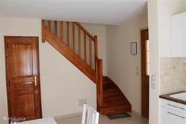 De trap naar de slaapkamer. Achter de deur rechts bevindt zich het toilet.