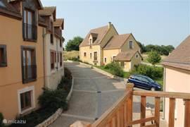 De slaapkamer heeft ook een balkon, vanwaar men een leuk uitzicht heeft op het wijkje Village du Haut Val