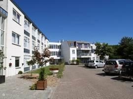 Het Appartementen complex met ruime parkeer mogelijkheden en u heeft de beschikking over een eigen stallings ruimte voor een eventueel meegebrachte fiets of bolderwagen.
