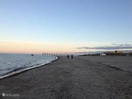 Lekker wandelen op het prachtig wijdse strand.