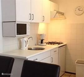 Nette keuken voorzien van de nodige apparatuur.