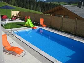 Verwarmd zwembad met zonneterras