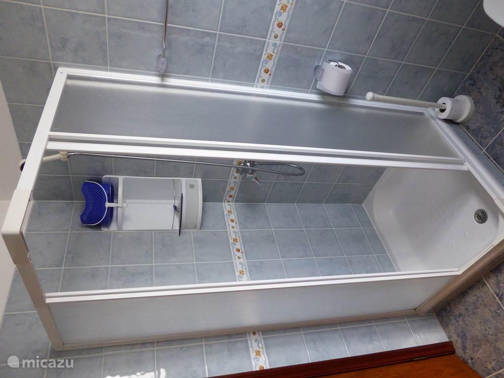 Eén van de drie badkamers met inloopdouche