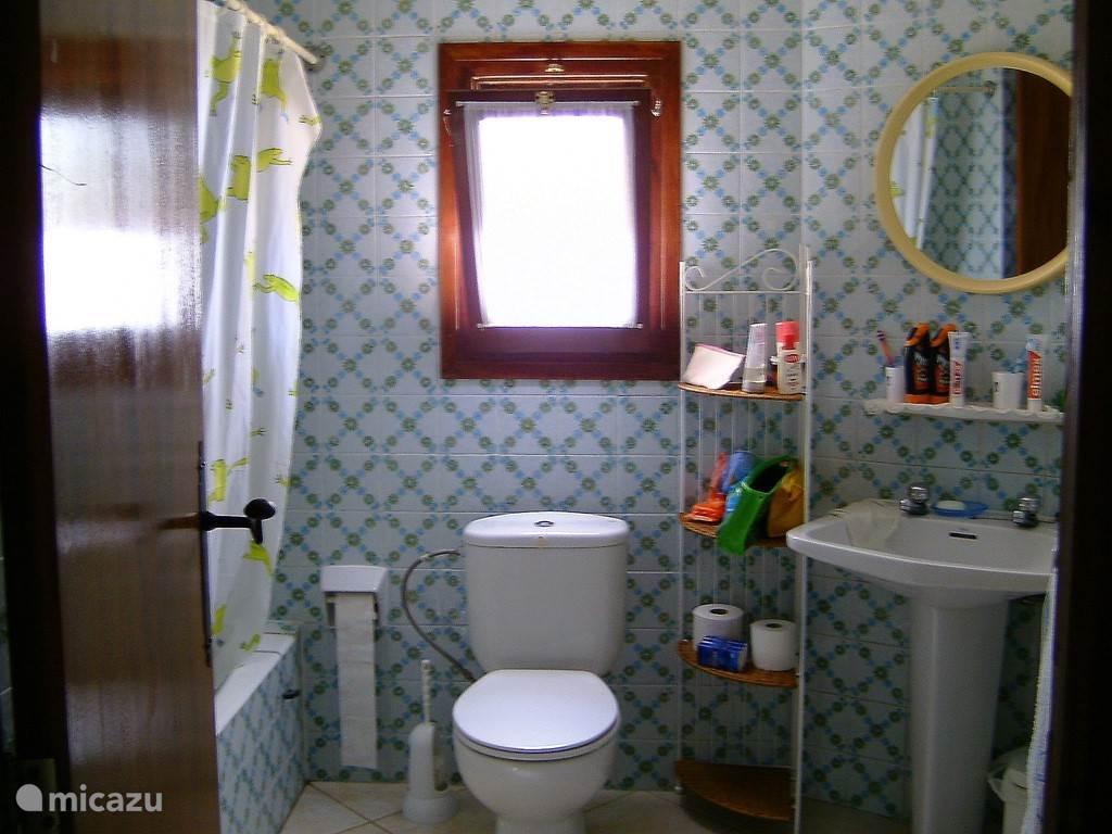 Badkamer boven met bad