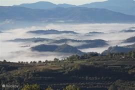 's Morgens vroeg het uitzicht vanaf het terras over het dal