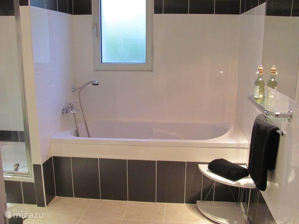 Badkamer begane grond met bad, douche en dubbele wastafel