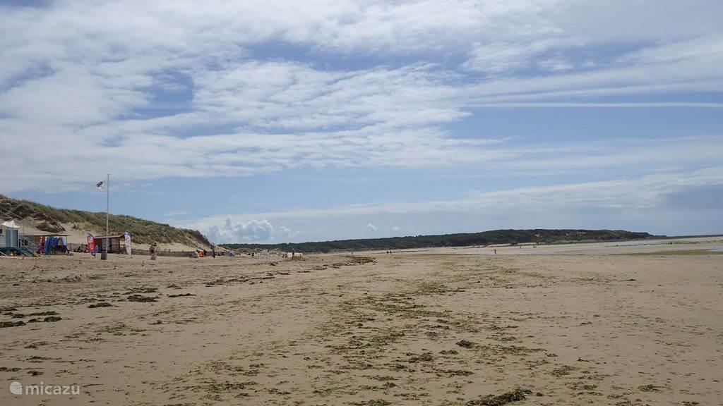 Het rustiger Plage Veillon met langzaam aflopende zandbodem