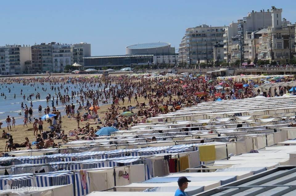 Strand Les Sables in de zomer
