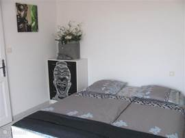 Slaapkamer 1e verdieping met schuifpui naar terrasje met uitzicht naar de oceaan 2-persoonsbed