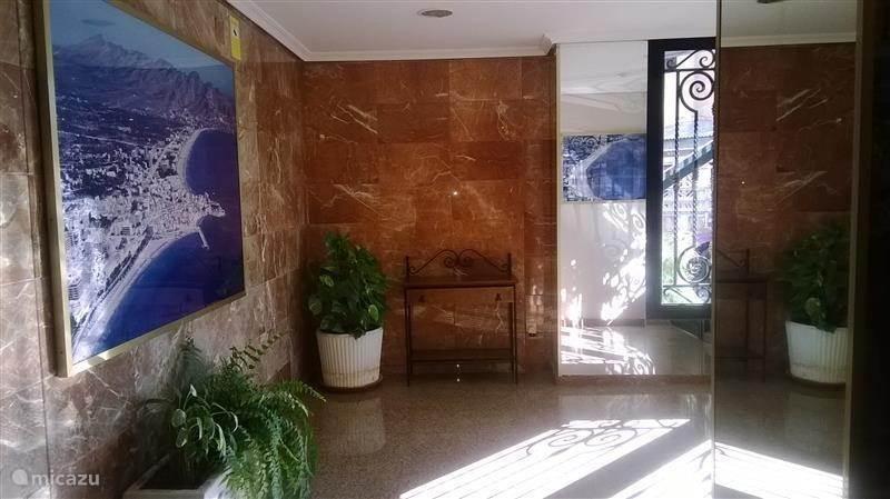 de klassieke mooie ingang van het flatgebouw